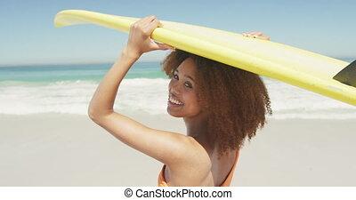 américain, africaine, tête, femme, planche surf, tenue, elle