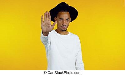 américain, arrêt, portrait, jaune, arrière-plan., homme, geste, paume, africaine, hipster, sérieux, rejeter, type, signe., isolé, projection