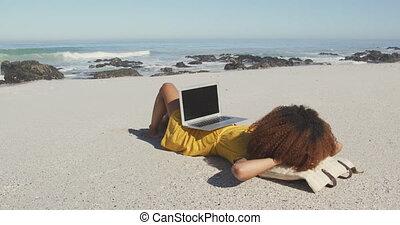 américain, elle, africaine, plage, ordinateur portable