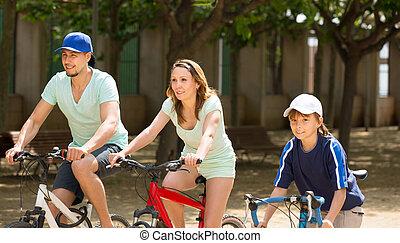 américain, famille, équitation, bicycles, dans parc, togetherness