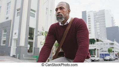 américain, homme africain, faire vélo, rue