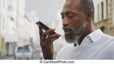 américain, homme africain, utilisation, sien, rue, téléphone