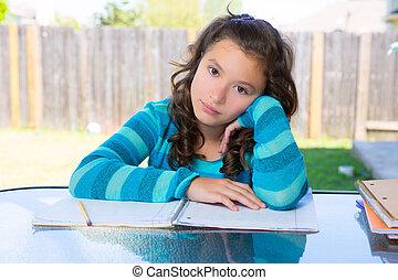 américain, latin, adolescente, faire, devoirs, sur, arrière-cour