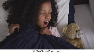 américain, lit, africaine, bâiller, dormir, elle