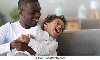 américain, père, chatouiller, heureux, fin, fils, haut, rire, africaine