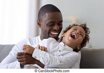 américain, père, chatouiller, heureux, son., millennial, rire, africaine