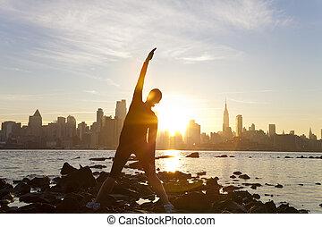 amérique, uni, yoga, ville, coureur, étirage, matin, etats, devant, femme, york, position, tôt, nouveau, aube, horizon, manhattan, levers de soleil