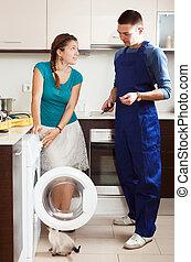 ama de casa, mirar, como, ingeniero, reparación, lavadora