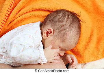 amamentando, dela, recem nascido, mãe, menina bebê