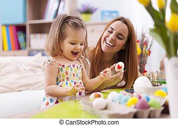 amando, mãe, e, dela, bebê, ovos páscoa pintura