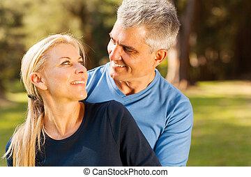 amando, meio envelheceu, embracing pares