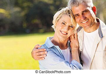 amando, meio, par, envelhecido, ao ar livre