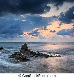 amanecer, salida del sol, paisaje, encima, hermoso, rocoso, litoral, en, mar mediterráneo