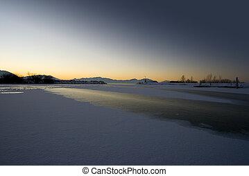 amanhecer, sobre, a, lago congelado