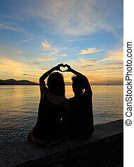 amant, couple, fait, coeur, doigt, symbole, à, crépuscule