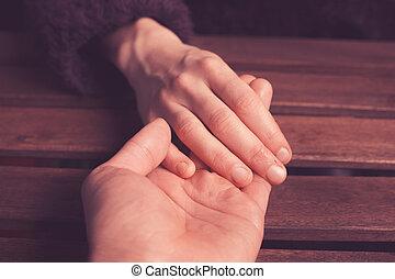 amant, tenant mains