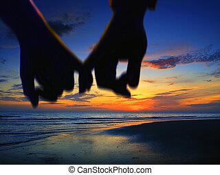 amante, segurando mão, andar, praia
