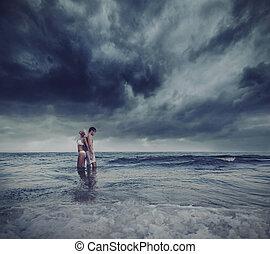 amantes, abraçando, mar