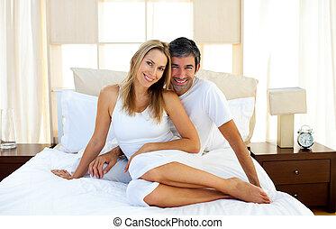 amantes, cama, cariñoso, se abrazar