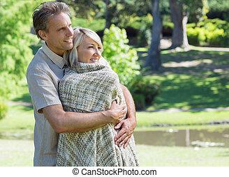 amare, parco, coppia abbracciando