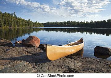 amarela, canoa, ligado, costa rochosa, de, pacata, lago, com, árvores pinho