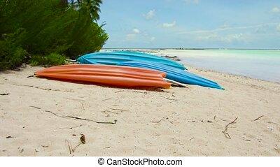 amarré, plage, kayaks, polynésie française