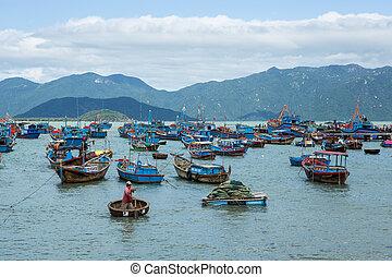 amarrado, redondo, viejo, coracle, chai., vietnamita, de madera, local, o, tradicional, barcos, vietnam, pesca, cesta, thung, tejido, harbour., bambú