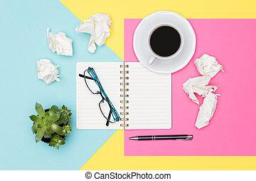amarrotado, escritório, foto, papel, em branco, block., abertos, pastel, concept., experiência., frustração, escarneça, brainstorming, notepad, idéias, criatividade, escrivaninha, writer's, cima, imaginação, prazo de entrega, vista superior