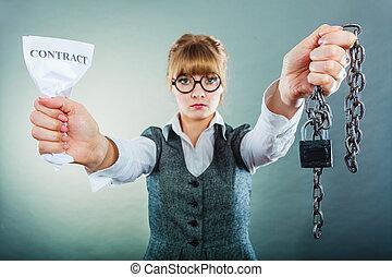 amarrotado, negócio mulher, mostrando, contrato, infeliz