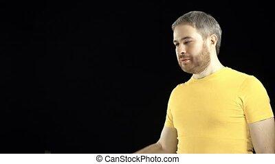 amateur, hammer., bricolage, tient, jaune, amélioration, gai, arrière-plan., tshirt, construction, noir, maison, concepts., ou, réparation, homme