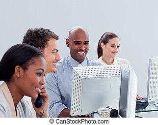 ambitieux, business, groupe, travailler dur, dans, bureau