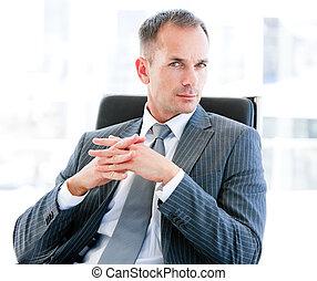 ambitieux, homme affaires, dans, bureau