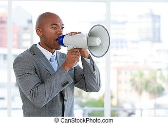 ambitieux, homme affaires, hurlement, par, a, porte voix