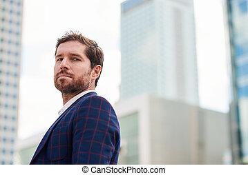 ambitieux, jeune, homme affaires tient, seul, dans ville