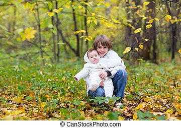 ambos, irmã, seu, segurando, parque, irmão, amarela, árvores outono, jaquetas, bebê, branca