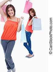 ambos, seguido, sacolas, enquanto, adolescente, segurando, shopping, sorrindo, amigo