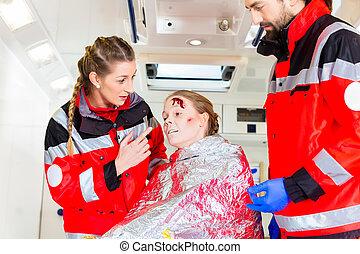 ambulance, hjælper, injured kvinde