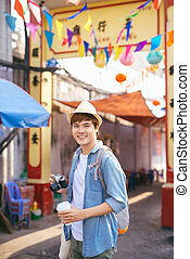 ambulante, compras, joven, calle, asiático, viajero, mercado, hombre
