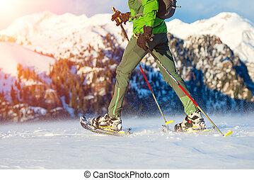 ambulante, con, raquetas, en, montañas