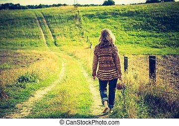 ambulante, herboso, suéter, rural, niña, camino