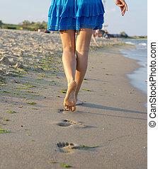 ambulante, mujer, descalzo, arena, mojado
