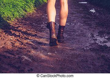 ambulante, mujer, fangoso, joven, rastro, por