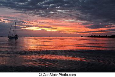 ameaçar, cor-de-rosa, e, cinzento, amanhecer, sobre, água, com, iate, e, reflexões