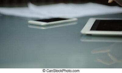 amende, jeune femme, doigts, diapo, sur, les, écran, tablette, informatique, quel, mensonges, sur, a, lustré, table, suivant, est, a, smartphone