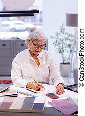 amendments, rayonner, femme affaires, personnes agées, projet, élégant, confection, dessin