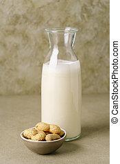 amendoim, garrafa leite