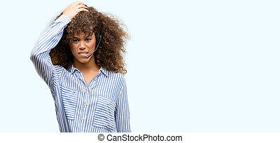 americano africano, centro chiamata, operatore, donna, accentato, con, dia testa, abbicare, con, vergogna, e, sorpresa, faccia, arrabbiato, e, frustrated., paura, e, scombussolare, per, mistake.