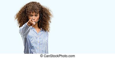 americano africano, centro chiamata, operatore, donna aguzzando, con, dito, macchina fotografica, e, a, lei, segno mano, positivo, e, fiducioso, gesto, da, il, fronte
