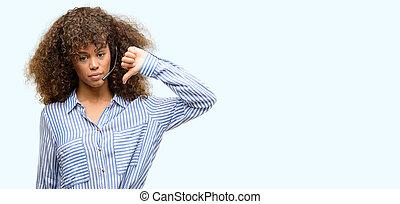 americano africano, centro chiamata, operatore, donna, con, arrabbiato, faccia, negativo, segno, esposizione, antipatia, con, pollici giù, rifiuto, concetto