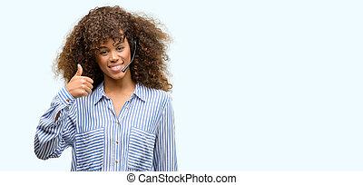 americano africano, centro chiamata, operatore, donna, felice, con, sorriso grande, fare, segno giusto, pollice, dita, eccellente, segno